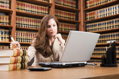 Ile godzin w tygodniu pracuje prawnik?